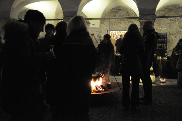 While guests were warming themselves at fire ... Photo: Laura Lajh Prijatelj