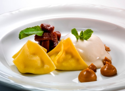 Ravioli of the cooked cream, icecream of dried porcini and pear (Marko Pavčnik) - Foto: Janez Pukšič