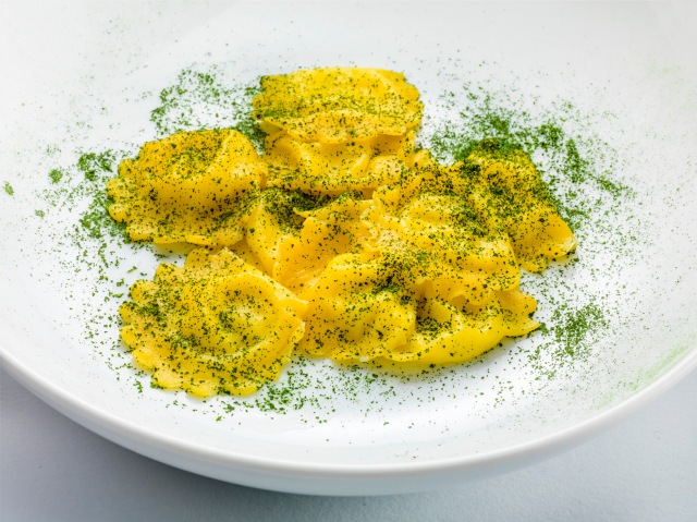 Ravioli filled with extra virgin olive oil and black kale powder (Cristiano Tomei) - Photo: Janez Pukšič