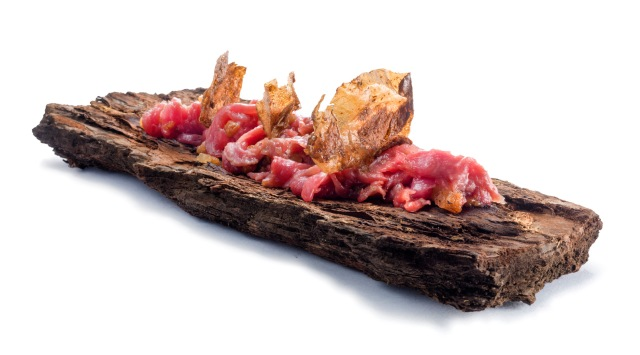 Slices of beef with roasted steak fat, fried potato skins, served on hot bark of the sea pine (Cristiano Tomei) - Photo: Janez Pukšič